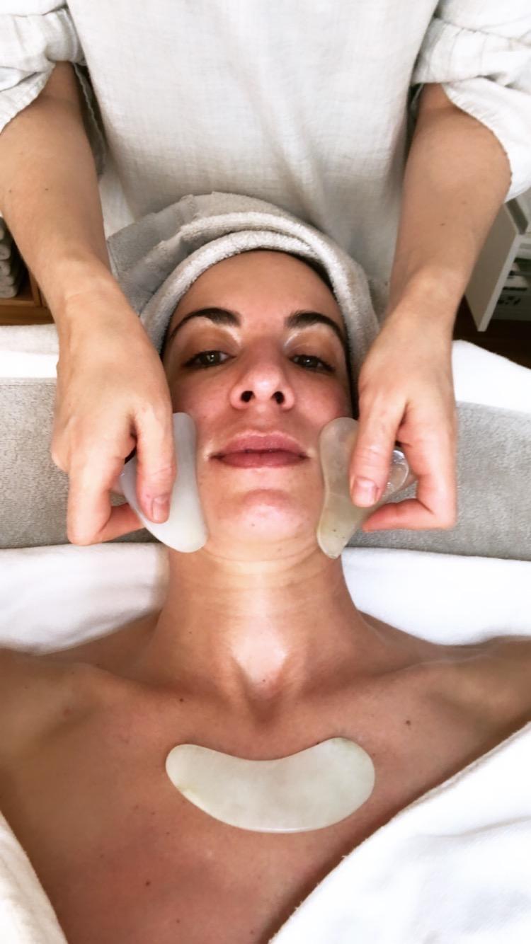 the Skintherapist Behandlung mit Jadesteinen