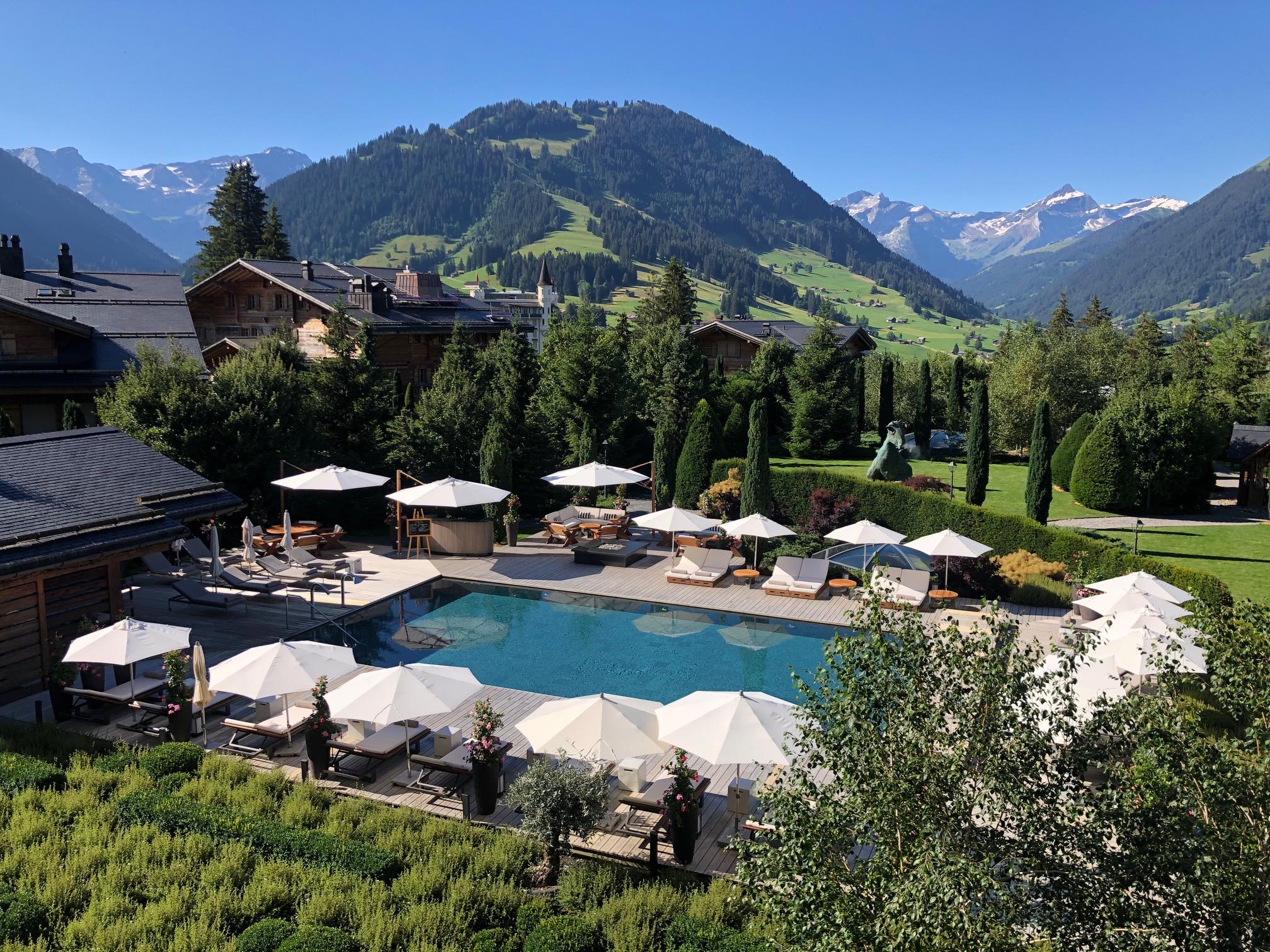 thea Alpina Gstaad Aussicht auf Aussenpool