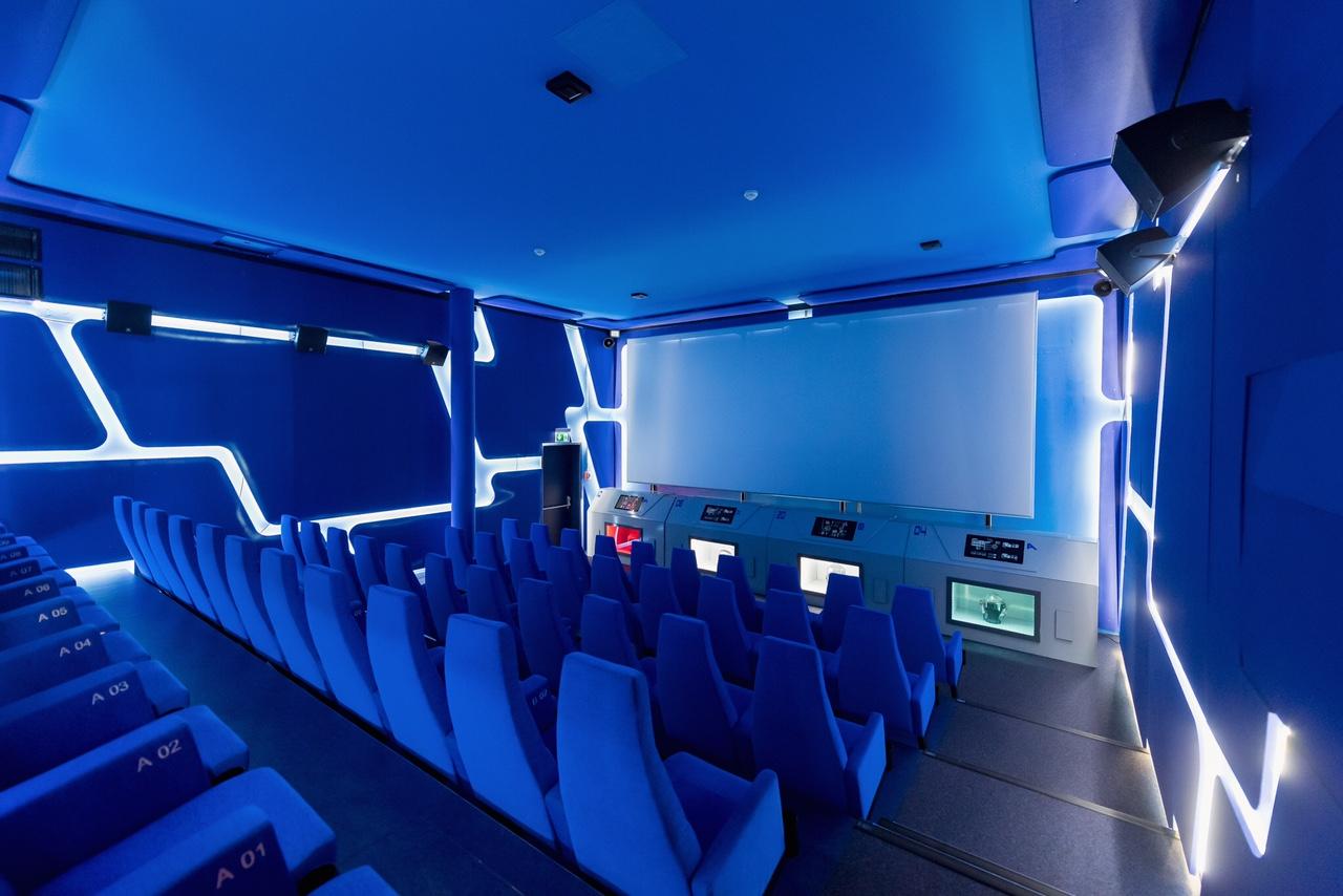 The Hide Hotel Flims Kinosaal blau